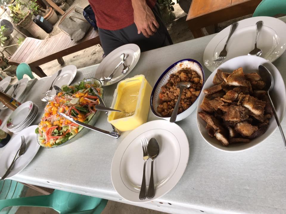 昼食の食卓