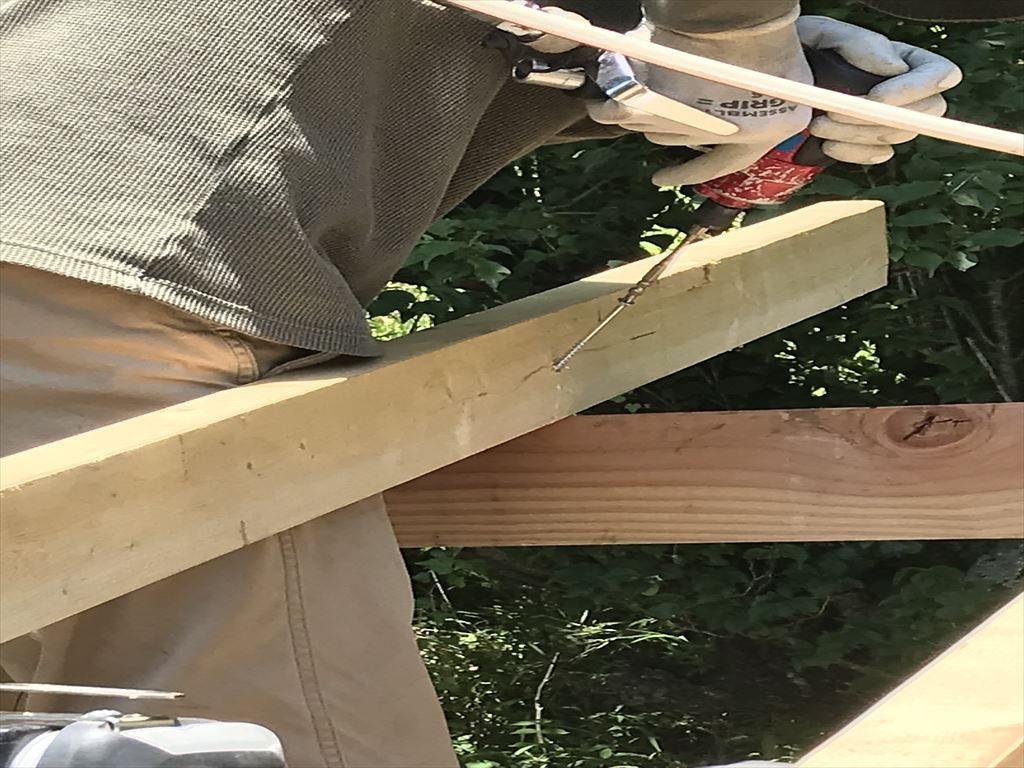 垂木をビス止め