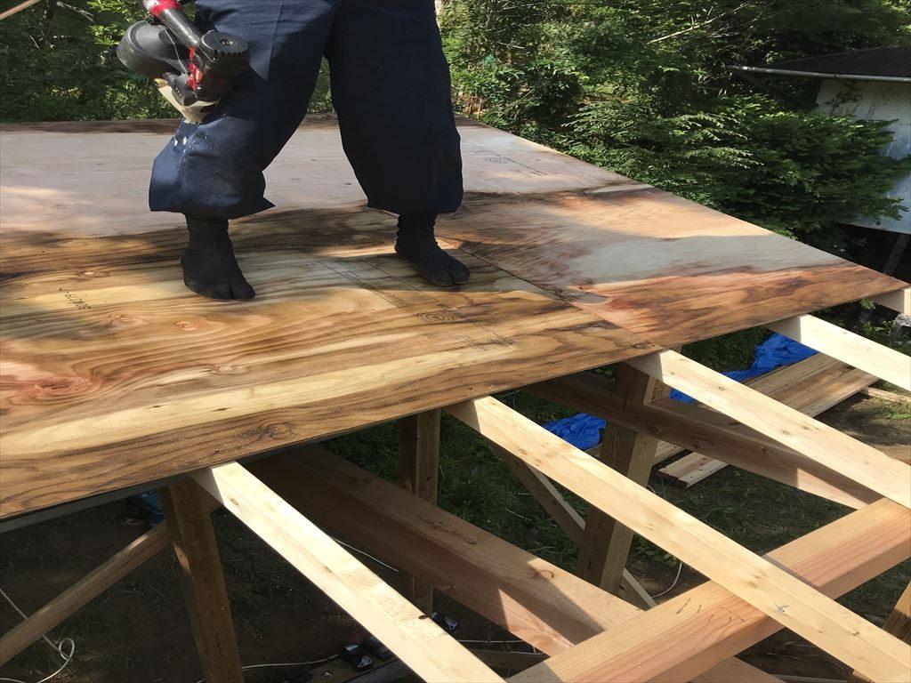 屋根を貼る