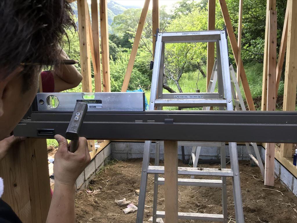 窓枠と水平器