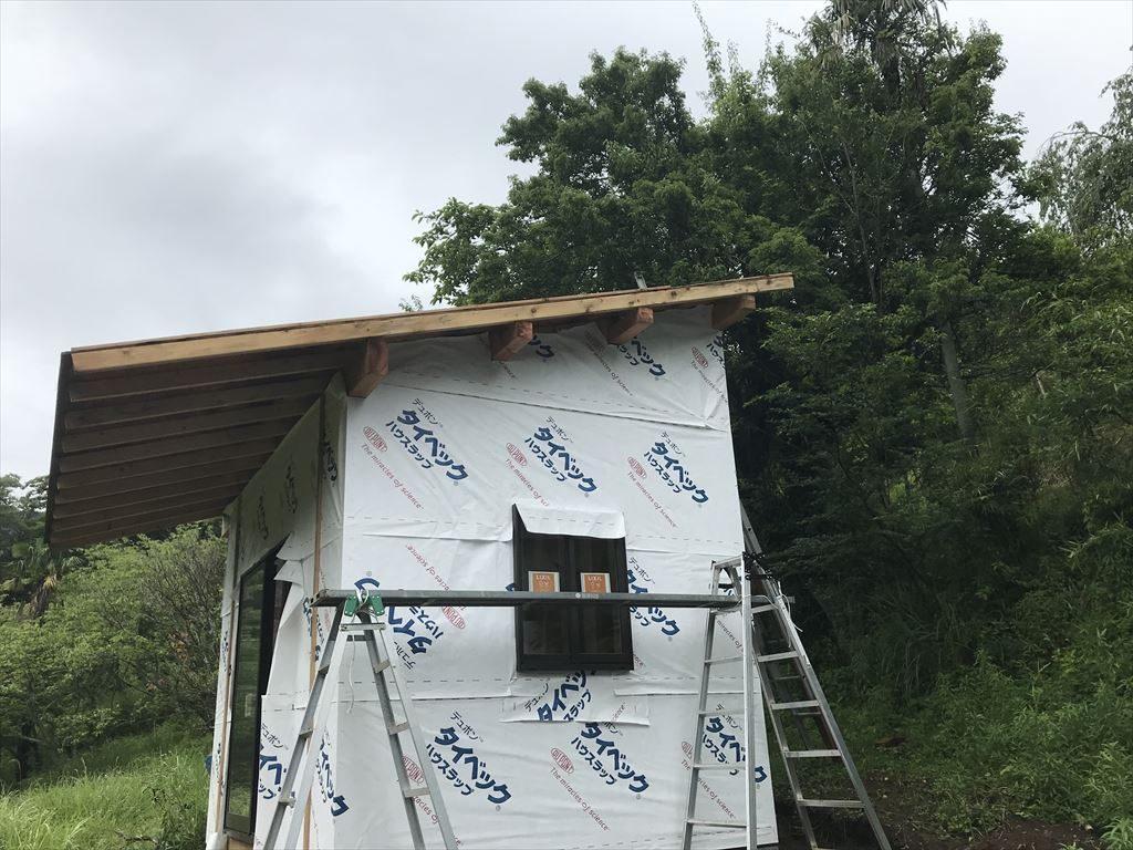 破風板を取り付けるための足場